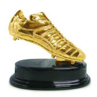 Gouden voetbalschoen op voet